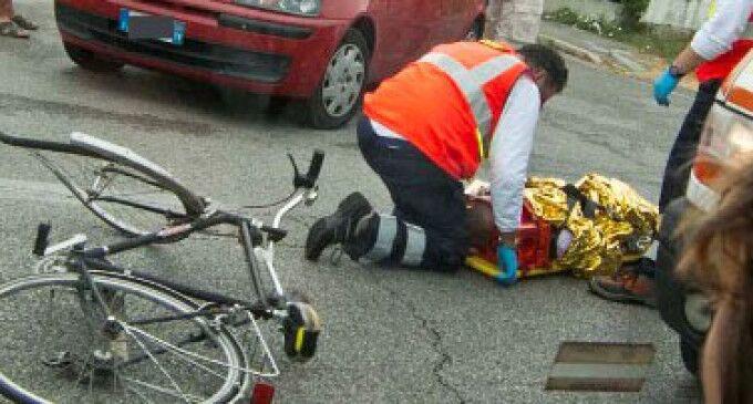 Castel Volturno, si sente male mentre è in bici e muore
