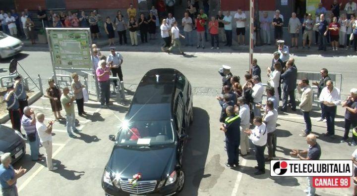 Calvizzano, camera ardente per il sindaco Salatiello. Funerali in diretta dalle 18.30 su Teleclubitalia