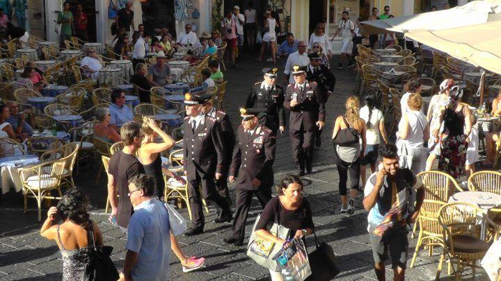 Capri, carabinieri arrestano pusher 30enne davanti a turisti e passanti