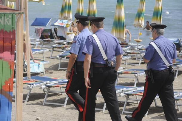 Bimbo di 5 anni si perde in spiaggia, genitori denunciati