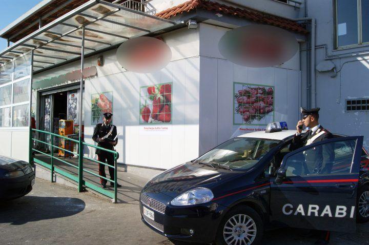 Pozzuoli, rapina in un supermercato. Interviene un Carabiniere fuori servizio: arrestato 23enne
