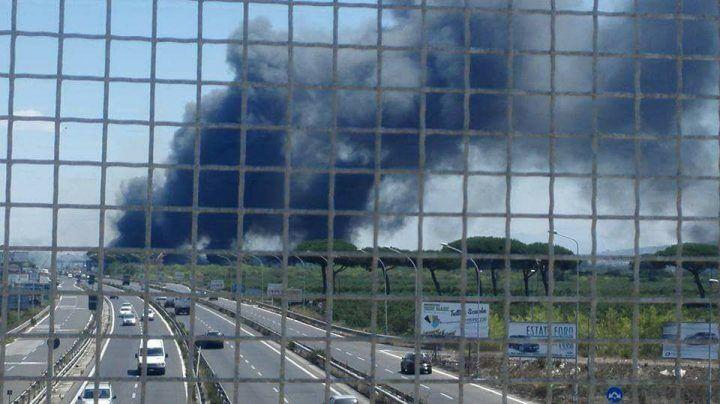 Giugliano, brucia la circumvallazione: due roghi tossici vicino pompa di benzina. FOTO
