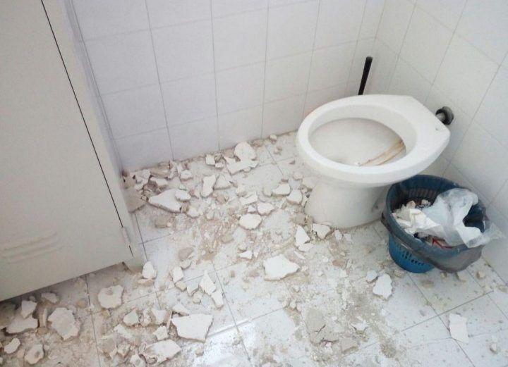 Paura in ospedale a Napoli, crolla parte del solaio in bagno: tragedia sfiorata