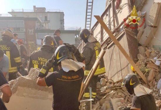 """Crollo a Torre Annunziata, i vigili del fuoco: """"Scenario complesso"""". Area sequestrata"""