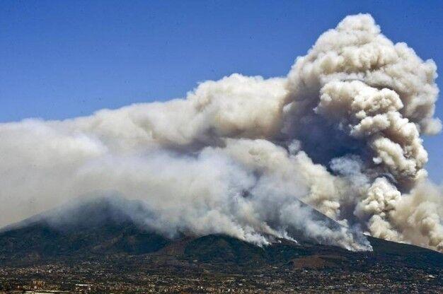 Il Vesuvio brucia ancora, difficoltà per il vento