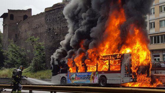 Salerno-Reggio Calabria, a fuoco un bus con a bordo 30 bimbi: l'intervento