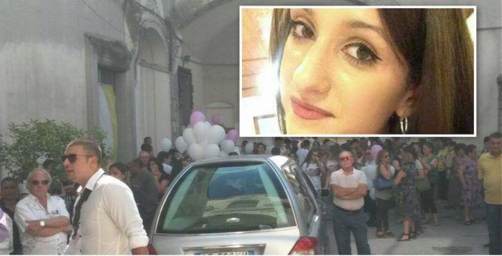 Casaluce, l'addio ad Angela Picone in piazza Castello. VIDEO
