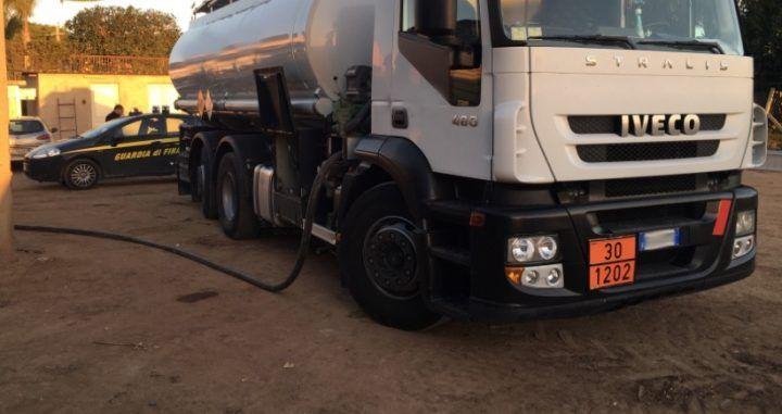 Casoria, sequestrate 27 tonnellate di gasolio di contrabbando: due denunciati