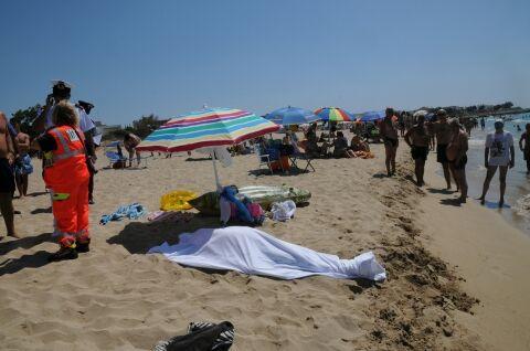Tragedia in Puglia, passeggia lungo la riva quando si accascia e muore