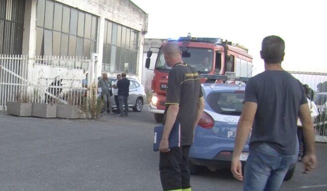 Giugliano, sul capannone dopo l'incendio: muore Giovanni Battista Panico