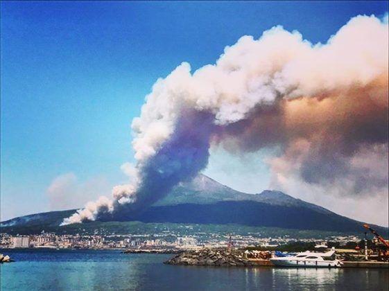 Vesuvio in fiamme: agghiaccianti post razzisti sul web. FOTO