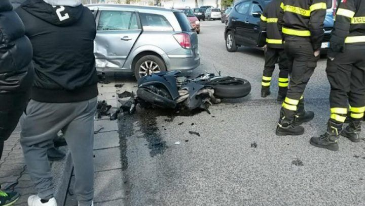 Tragico incidente, scooter contro auto: gravissima una ragazza
