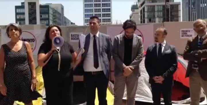 Napoli, protesta eclatante del M5S: presidio permanente contro i roghi in Campania