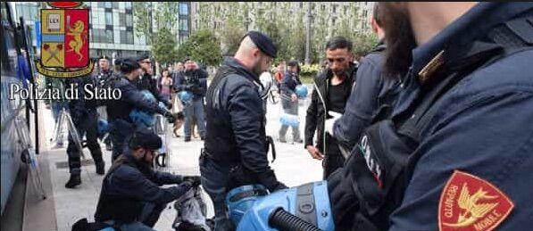 """Milano, tenta di accoltellare un poliziotto: """"Voglio morire per Allah"""""""