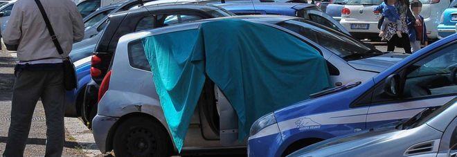 Napoli, giallo al rione Luzzatti: 35enne trovato morto in auto