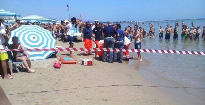 Tragedia in spiaggia, uomo si accascia sulla battigia e muore