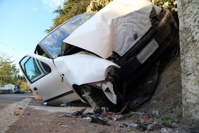San Felice a Cancello, in ritardo alla maturità si schianta con l'auto contro un muro