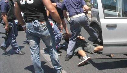Napoli, strappa catenina d'oro e si dà alla fuga. Arrestato dai poliziotti