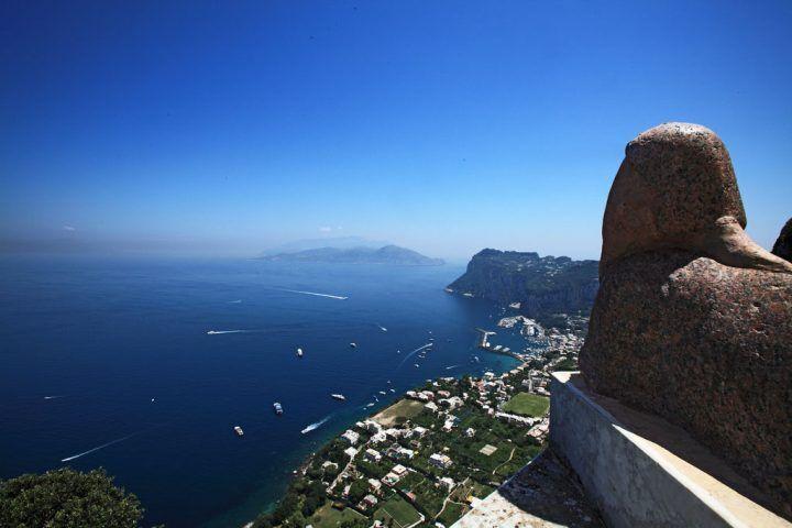 Capri, tenta di buttarsi e resta aggrappato alle rocce: salvato da polizia