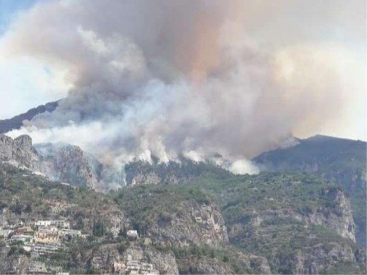 Incendio in Costiera, chiusa la Amalfitana