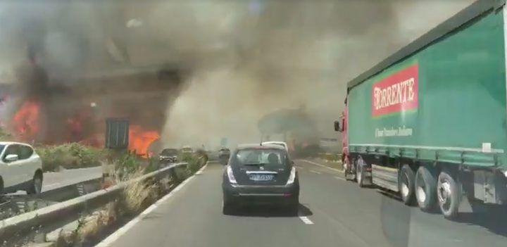 Asse mediano, nuovo incendio: fiamme e fumo invadono la carreggiata