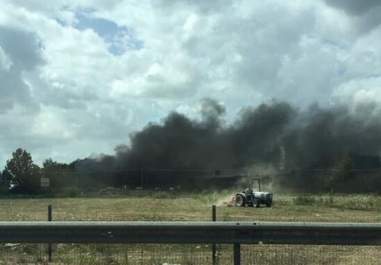 Teverola. Pomeriggio di fuoco: centinaia di auto in fiamme in un autodemolitore