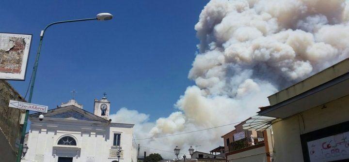 """Emergenza incendi sul Vesuvio, Capasso: """"Siamo lasciati senza guida"""""""