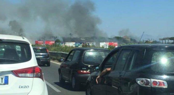 Giugliano, traffico in tilt a Ponte Riccio: rogo tossico invade la strada