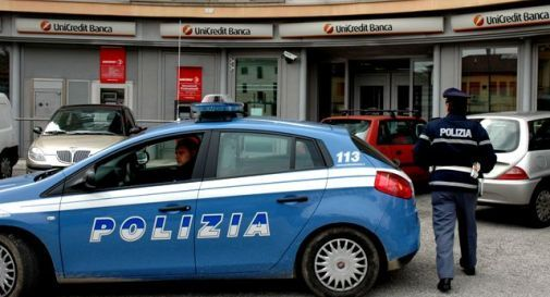 Terrore a Napoli, rapina in banca: malvivente tiene in ostaggio un uomo