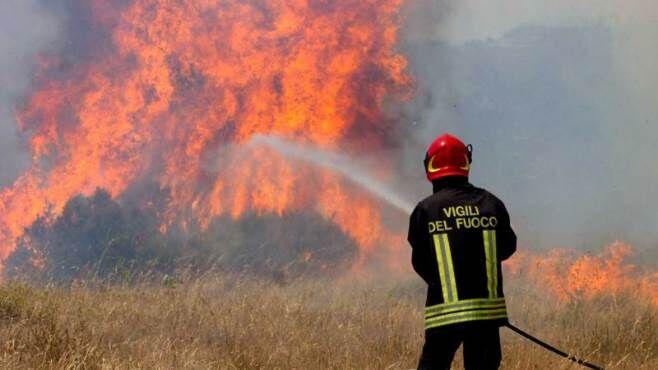 Emergenza incendi, la protezione civile allerta: attenzione
