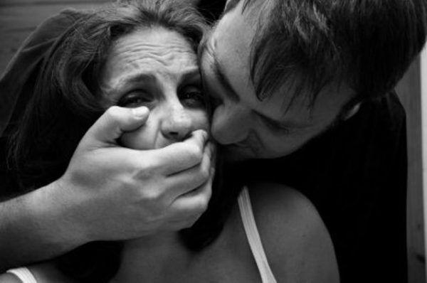 """Boscoreale, stupra e minaccia la moglie: """"Ti taglio la testa"""". Arrestato 49enne"""