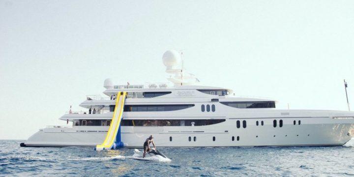 Super yacht nel Golfo di Napoli. E' di una star della musica internazionale