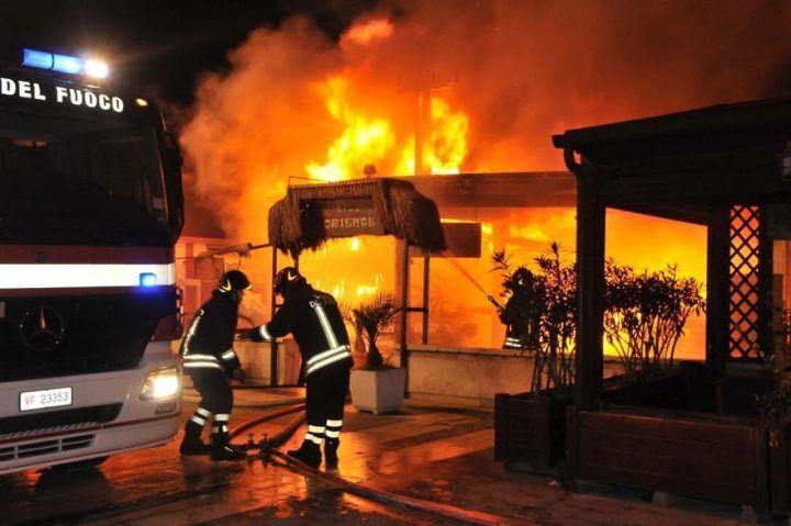 Napoli. Incendio al bar Miranapoli di via Petrarca