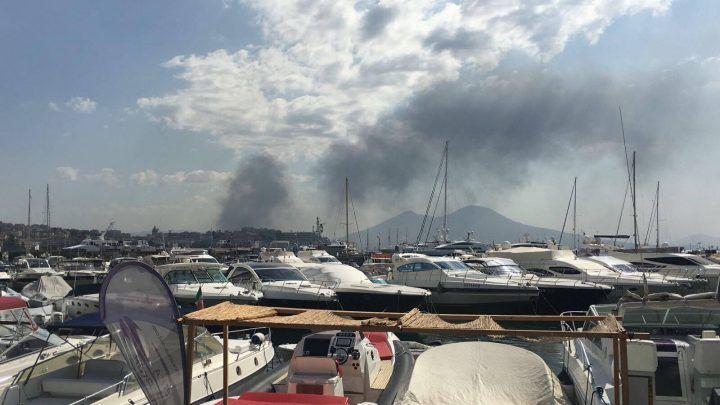 Rogo tra Volla e Cercola, nube tossica avvolge il capoluogo e la provincia