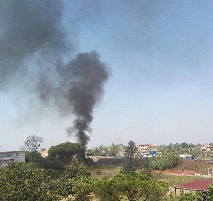 Prima l'esplosione, poi il rogo: grossa nube nera su Giugliano