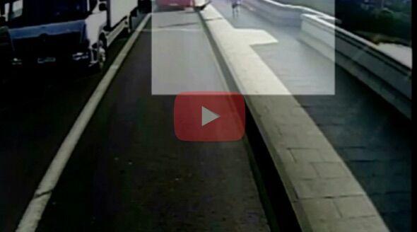 Londra, uomo spinge donna sotto autobus mentre fa jogging. VIDEO