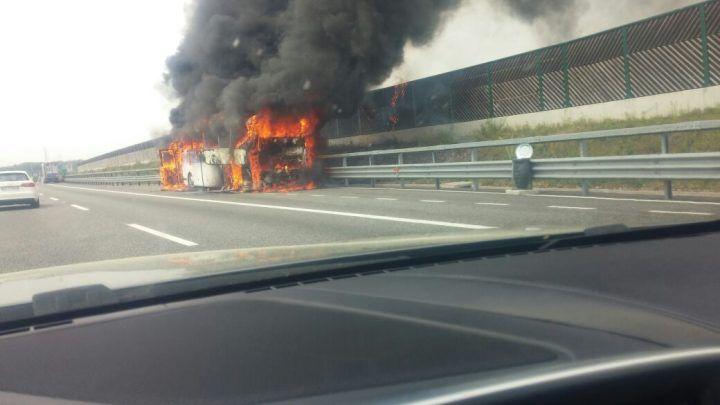 Paura sull'Avellino-Salerno, bus prende fuoco in autostrada