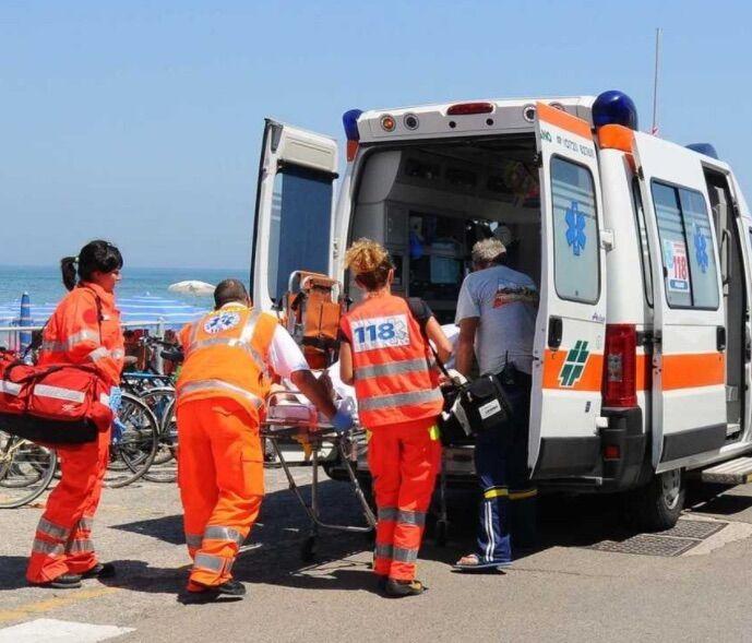 Tragedia nel napoletano, 59enne si tuffa in mare e muore