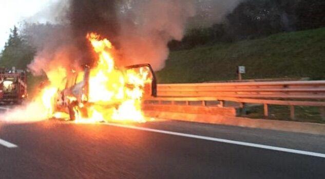 Paura in autostrada, automobile in corsa prende fuoco