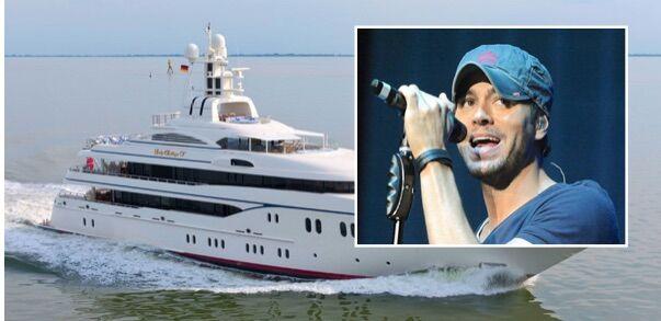 Party di lusso nel Golfo di Napoli, sul super yacht concerto privato di Enrique Iglesias