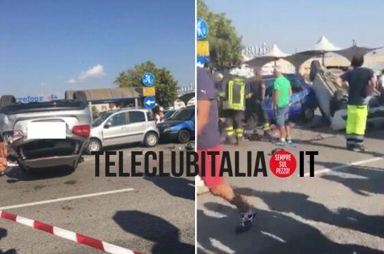 Spaventoso incidente nel parcheggio del Campania, 4 auto coinvolte: 2 capovolte