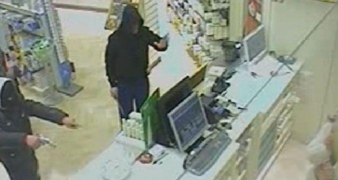 Far west a Cicciano, in due assaltano la farmacia Manni: uno viene bloccato e arrestato