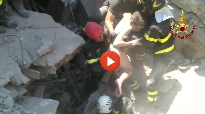Ischia, incendio doloso nella notte: cantante intrappolata in auto