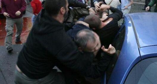 Follia al concerto dei Cugini di Campagna, autistica di Pompei picchiata col padre per posto in prima fila