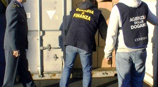 La Guardia di Finanza controlla un carico di banane e fa una scoperta incredibile
