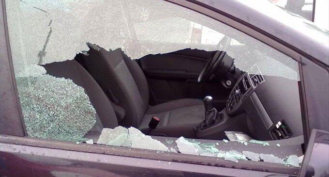 Aversa, rompono il vetro e rubano da un'auto. La vittima li denuncia sui social
