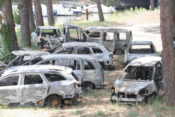 Acerra, il deposito delle auto rubate: 16 carcasse rinvenute in un terreno