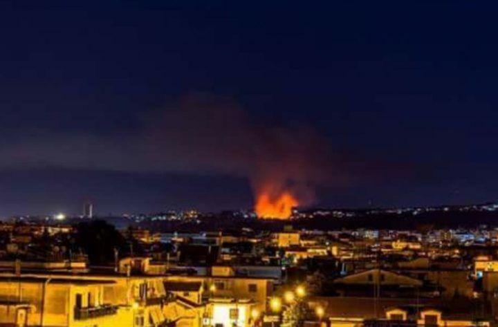 Dopo la tregua, nuovo rogo nella notte tra Marano e Chiaiano: fiamme altissime vicino la discarica