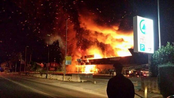 Paura in Campania, due raid incendiari in 24 ore. Colpito un noto ristorante