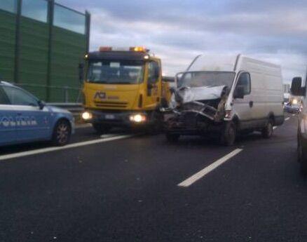 Tragico incidente in autostrada, si stacca ruota di un camion e colpisce furgone: muore 52enne